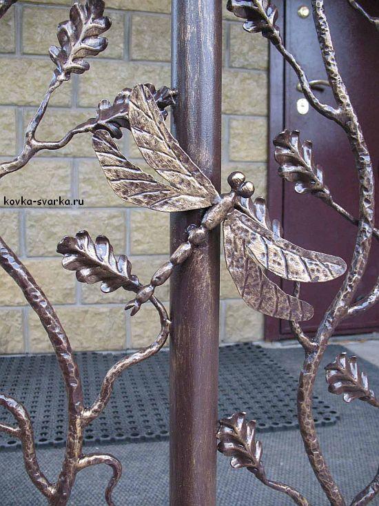 Кованое ограждение, украшенное кованой стрекозой