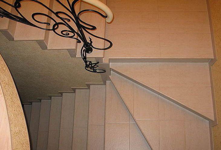 Пример отличного сочетания керамогранита и ковки в интерьере. Фото с сайта http://www.plitkanadom.ru/