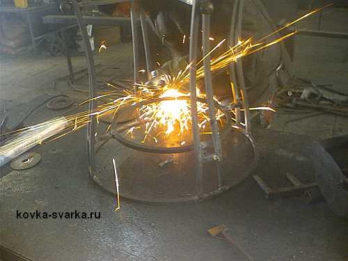зачищаем сварные швы болгаркой