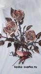 rozy-kovanye-okrashennye-s-babochkoi
