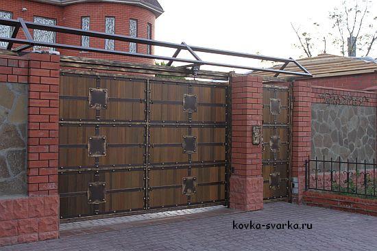 Кованые ворота закрытого типа, дерево + ковка
