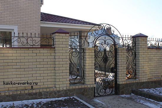 Кованая калитка и полузакрытый забор с ковкой