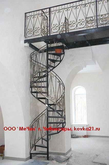Винтовая лестница из металла, кованые перила, а также кованое ограждение вверху