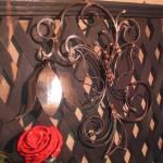 кованая роза окрашенная и бра с изображением бабочки из металла
