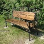 Кованая скамья с деревянными спинкой и сиденьем