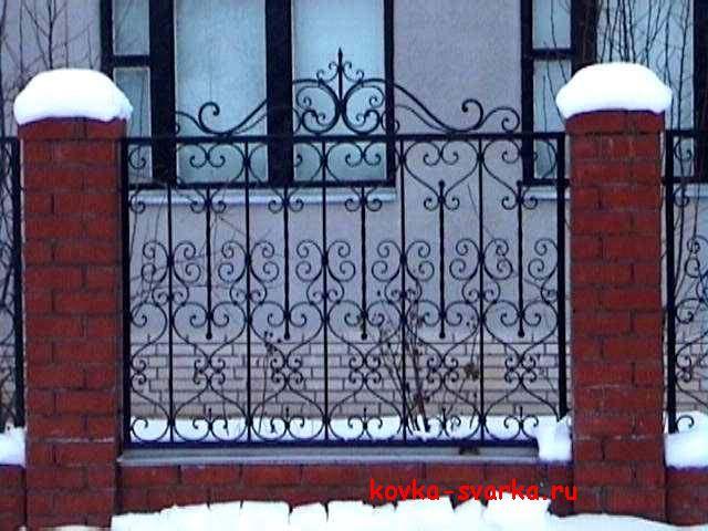 Кованый забор, содержит красивый орнамент