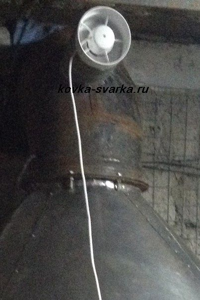 Фото вентилятора, расположенного на вытяжке
