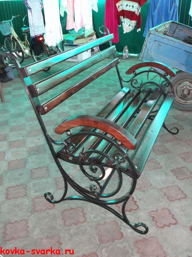 кованая скамья с полукруглыми подлокотниками