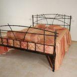 Кованая кровать с решеткой